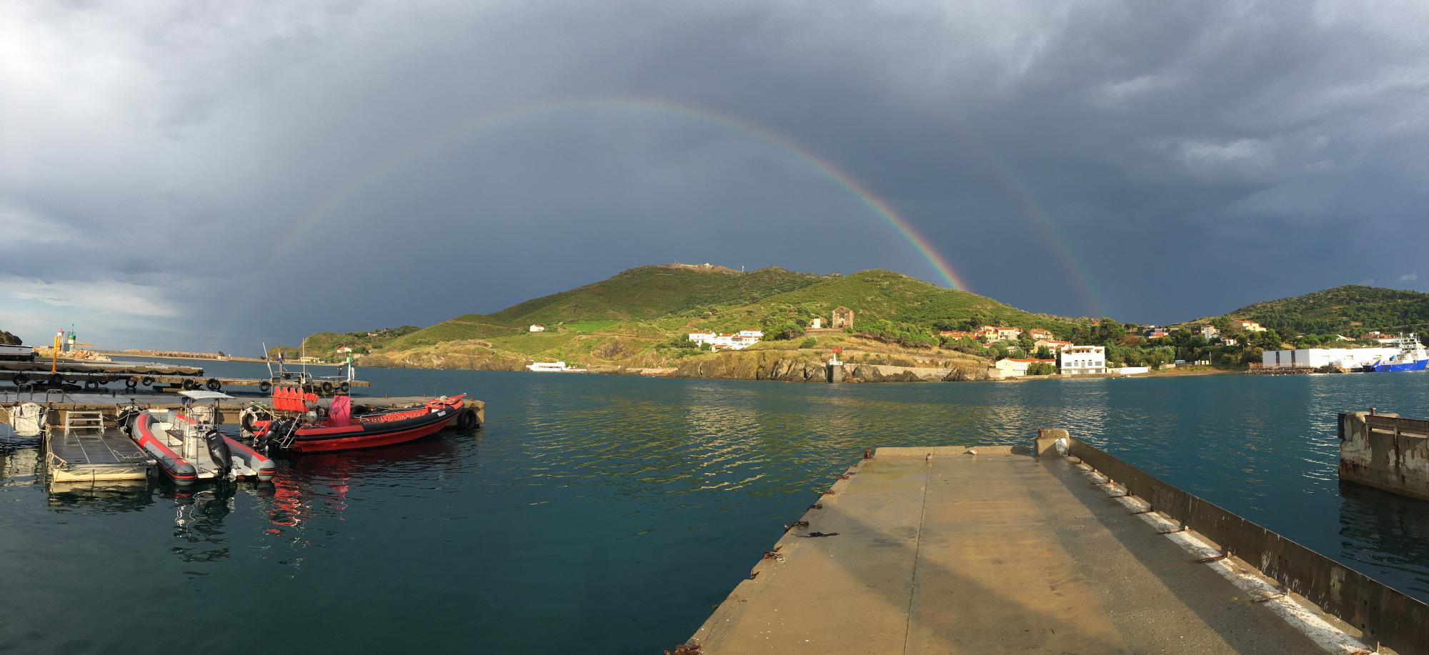 accès direct aux bateaux depuis le centre et vue imprenable sur la cap béar